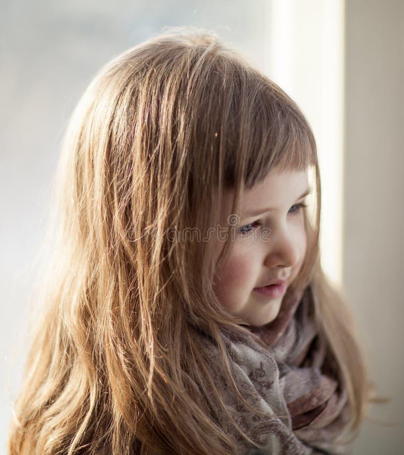 Closeupstående av en härlig liten flicka arkivfoto