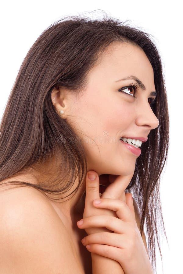 Closeupstående av en härlig ung kvinna med långt brunt hår royaltyfria bilder