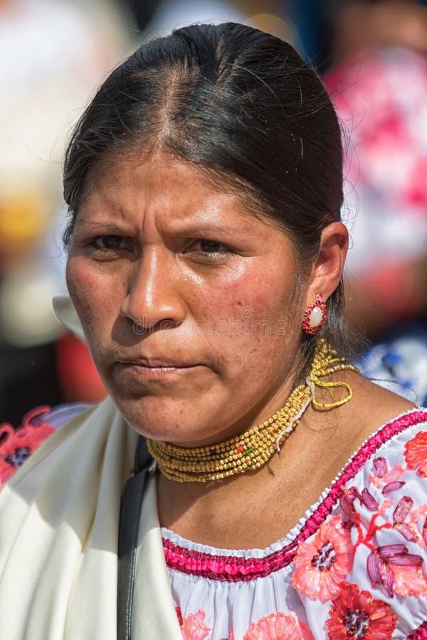 Closeupstående av en Kichwa kvinna i Cotacachi Ecuador arkivbild
