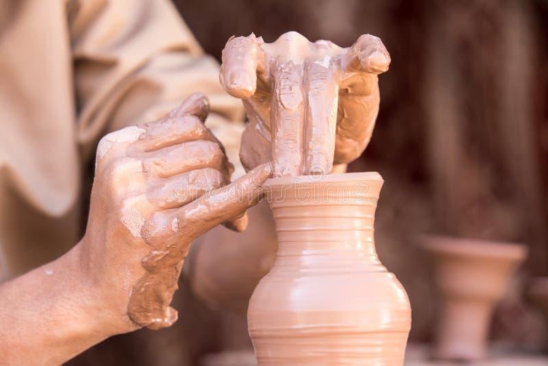 Closeupstående av en ledar- görande krukmakeri för skulptör royaltyfri fotografi