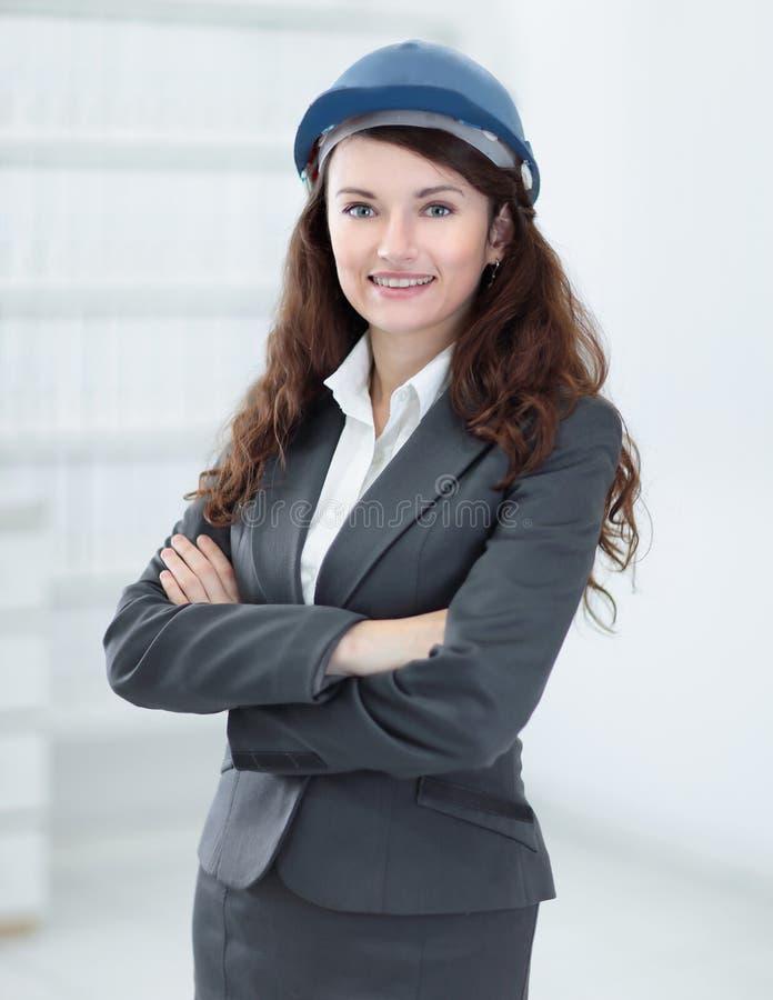 Closeupstående av en lyckad kvinnatekniker royaltyfri bild