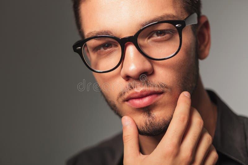 Closeupstående av en man som undrar om något royaltyfri foto