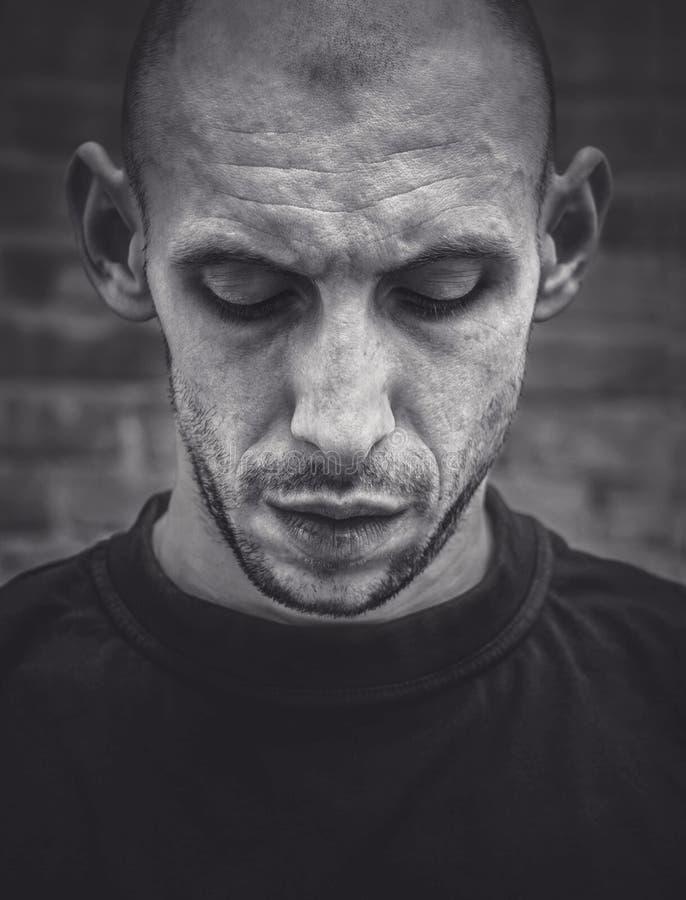Closeupstående av en skallig man med ett leende och ett brutalt utseende i svartvitt royaltyfri foto