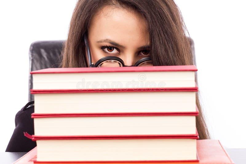 Closeupstående av en ung allvarlig lärare med att kika för exponeringsglas fotografering för bildbyråer