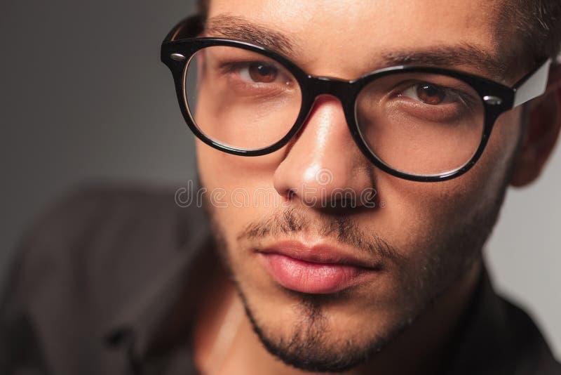 Closeupstående av en ung gullig man med exponeringsglas fotografering för bildbyråer