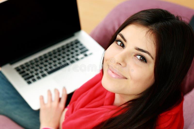 Closeupstående av en ung lycklig kvinna med bärbara datorn royaltyfria bilder