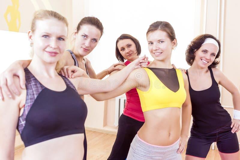 Closeupstående av fem lyckliga Caucasian kvinnliga idrottsman nen som tillsammans poserar arkivfoto