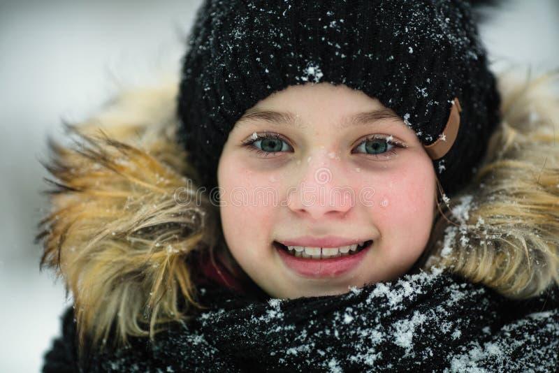 Closeupstående av lite flickan som är utomhus- i vinter royaltyfri foto