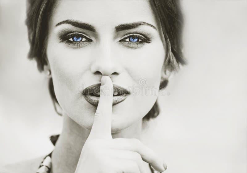 Closeupstående av nätta kvinnor, gammalt mode, tappning, blått öga arkivbilder