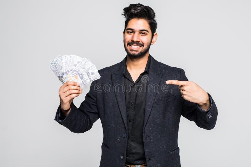 Closeupstående av toppna lyckliga upphetsade lyckade för pengardollar för ung man hållande räkningar i hand som isoleras på vit b royaltyfria foton