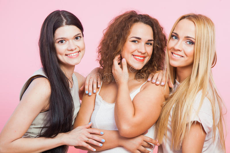 Closeupstående av tre härliga kvinnligmodeller arkivfoton