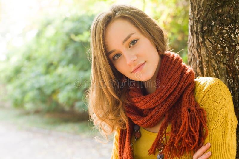 Closeupstående av ungt blont. arkivbild