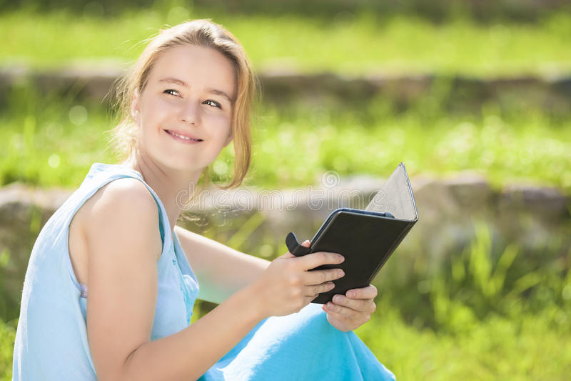 Closeupstående av ungt Caucasian blont med Digital eBookOu royaltyfri fotografi