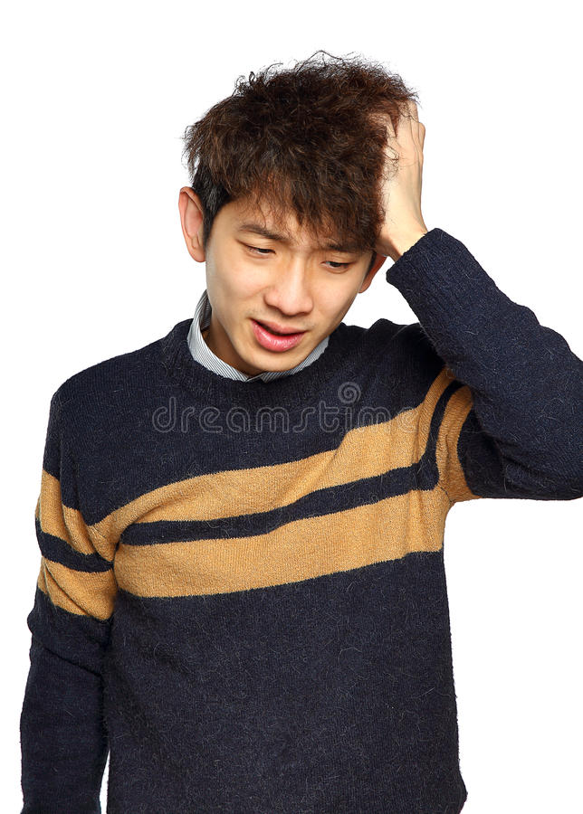 Closeupstående, stressad ung asiatisk man, händer på huvudet med b royaltyfria bilder