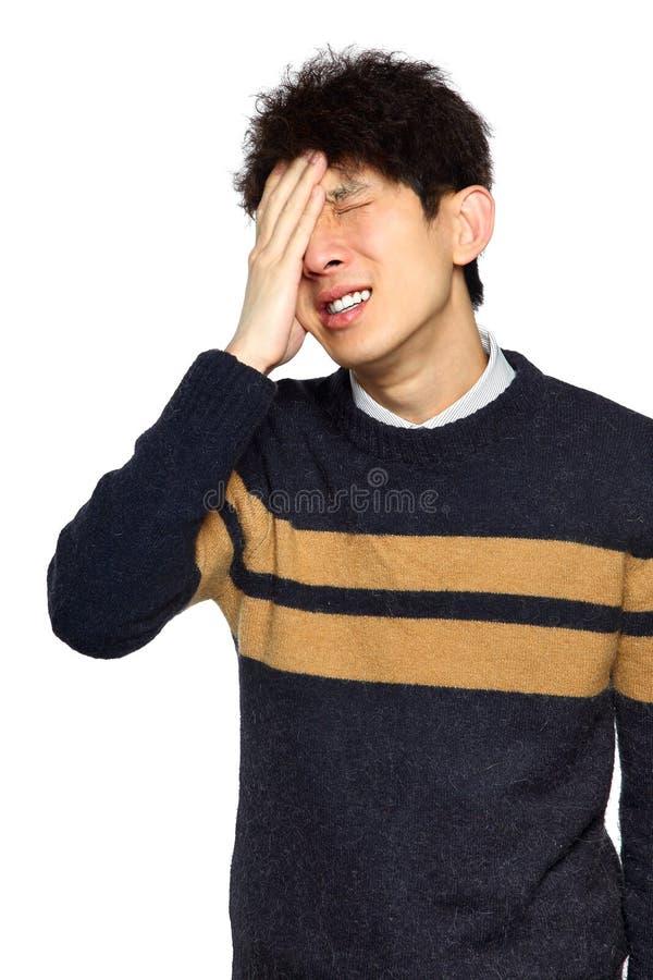 Closeupstående, stressad ung asiatisk man, händer på huvudet med b fotografering för bildbyråer
