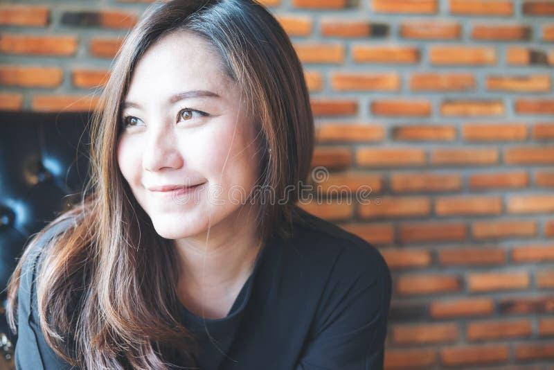 Closeupståendebild av den härliga asiatiska kvinnan med smileyframsidan och bra känsla arkivfoton