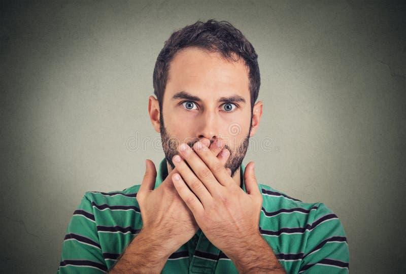 Closeupståendeman med handen över hans mun som är mållös arkivbilder