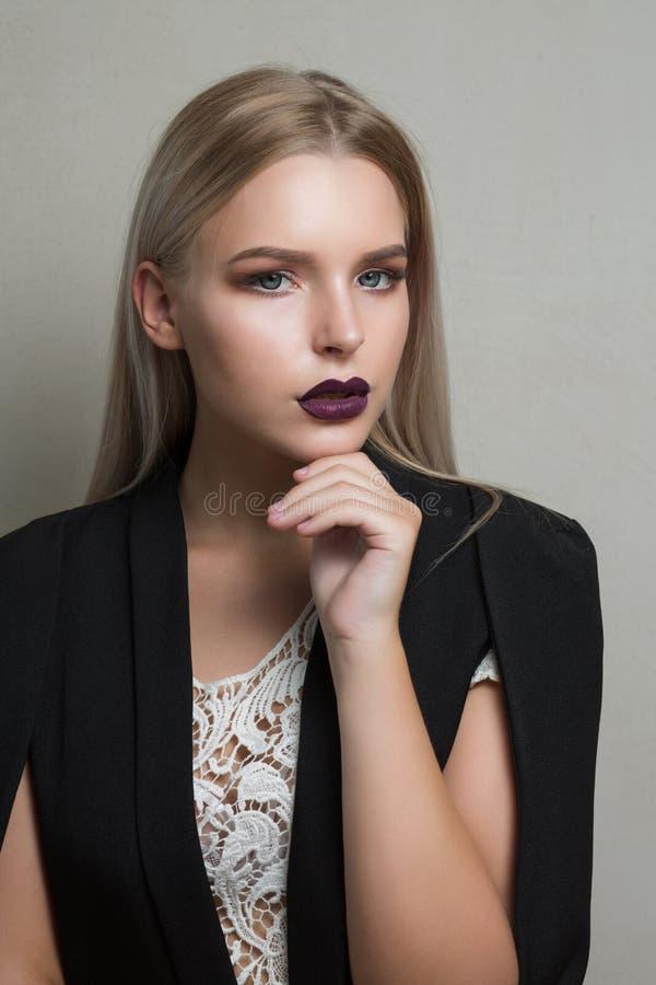 Closeupståenden av den lyxiga blonda modellen med purpurfärgade kanter bär royaltyfri foto
