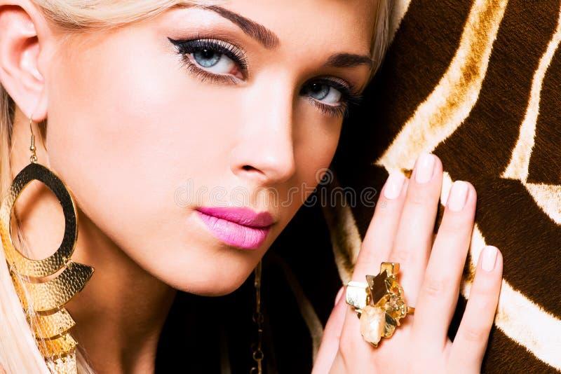 Härligt vända mot av ung kvinna med danar makeup royaltyfri foto