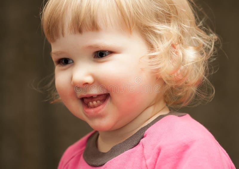 Closeupståenden av lyckligt behandla som ett barn flickan royaltyfri foto