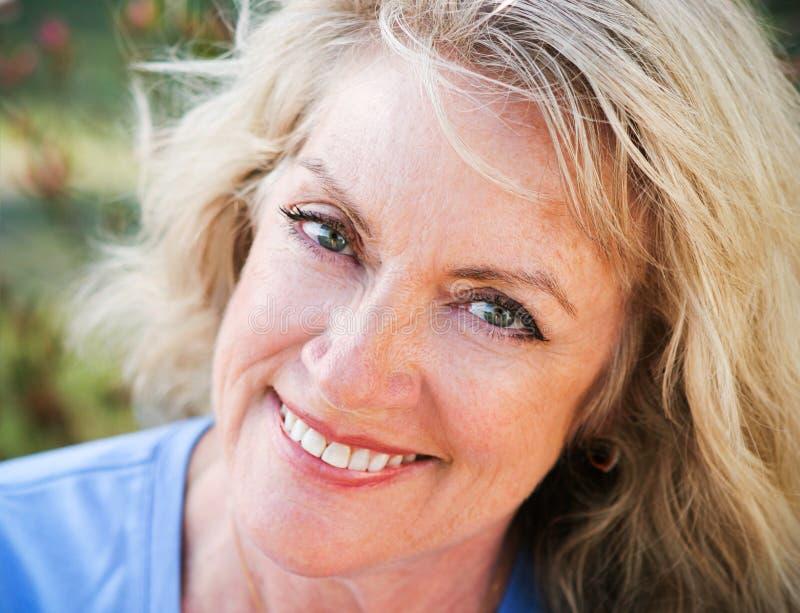 Closeupståenden - mogna blond skönhet royaltyfria foton