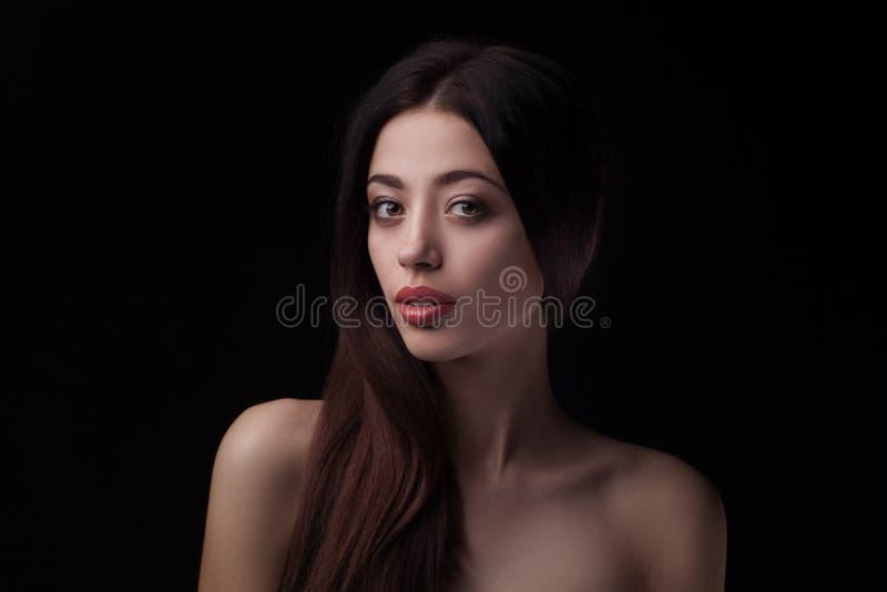 Closeupstudiostående av skönhetkvinnan arkivbilder