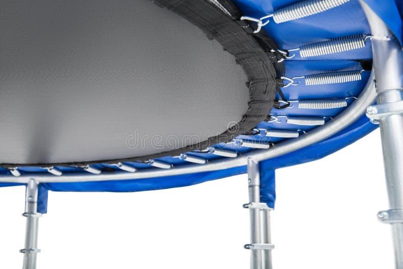 Closeuptrampolin för barn och vuxna människor för rolig inomhus eller utomhus- bakgrund för konditionbanhoppningvit Isolerad blå  royaltyfri foto