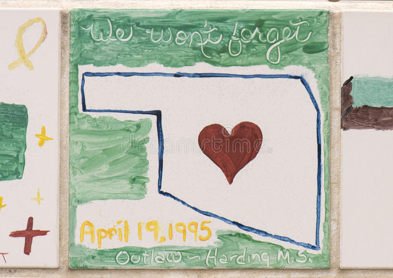 Closeupvägg av tegelplattor som göras av barn, framdelen av den nationella minnesmärken för oklahoma city & museet arkivbilder