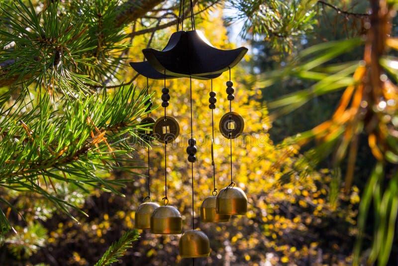 Closeupvindchimes i höstträdgård Lycka framgång, makt, rikedom royaltyfri fotografi