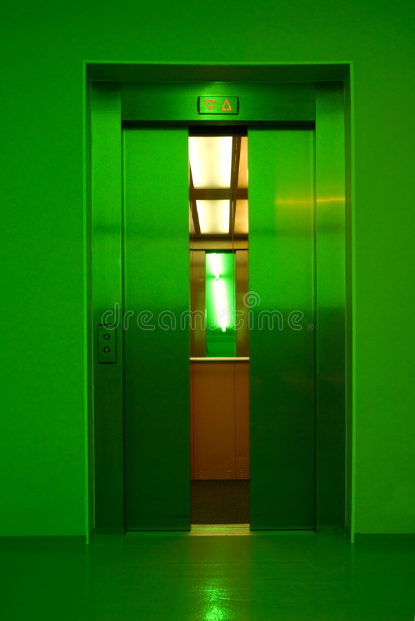 Free Closing Elevator Doors Stock Photography - 2776182
