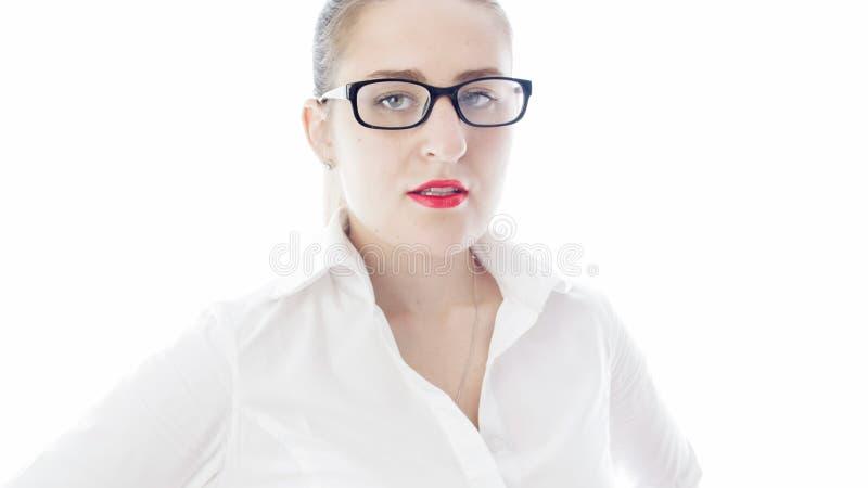 Closuep isolou o retrato da mulher 'sexy' com batom e os monóculos vermelhos foto de stock royalty free