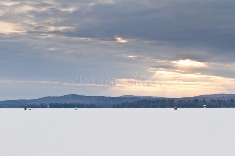 Closup d'une crique congelée pendant l'hiver photo libre de droits