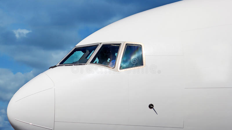 Closup för flygplannäscockpiten sköt i bakgrund för blå himmel arkivfoto