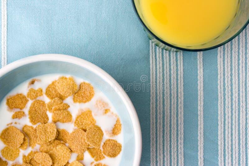clotch śniadanie zbóż pomarańcze płytkę szklaną soku tabeli zdjęcia royalty free