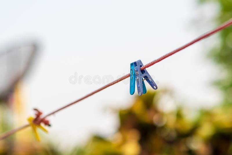Clothesline, clothespin, achtergrondafbeelding royalty-vrije stock foto
