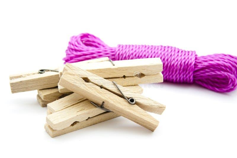 Clothesline e clothespins malva fotografia stock