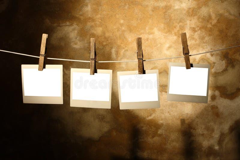 clothespins держали фото поляроидным стоковые фото