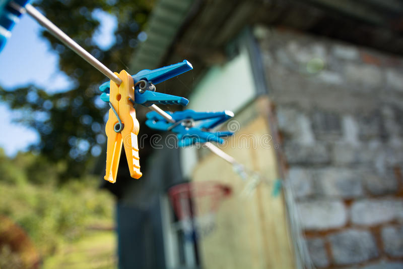 Clothespins на веревочке стоковое изображение