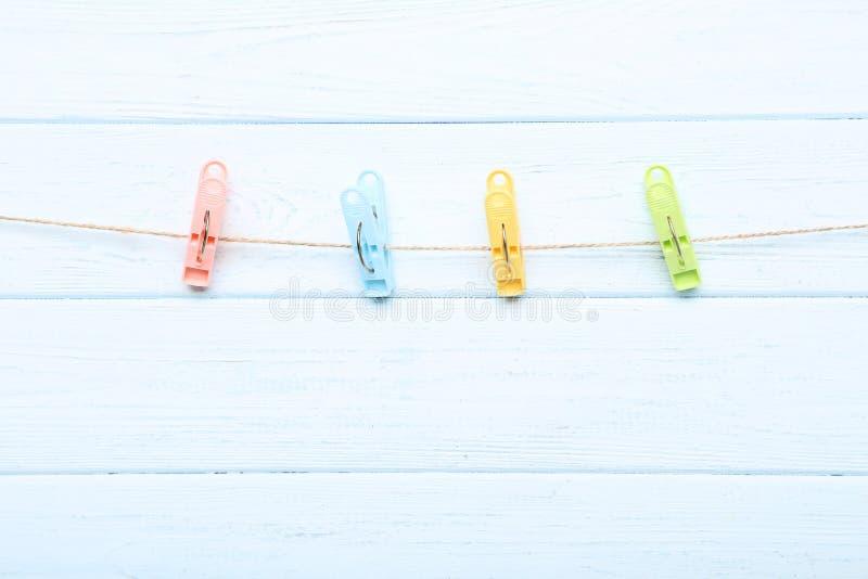 clothespins цветастые стоковое фото rf