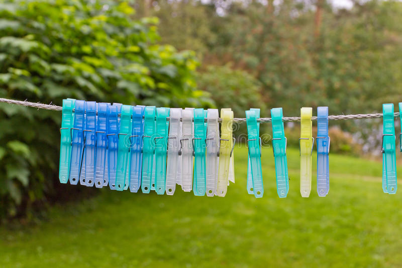 Download Clothespins auf einem Seil stockfoto. Bild von gefärbt - 26373120