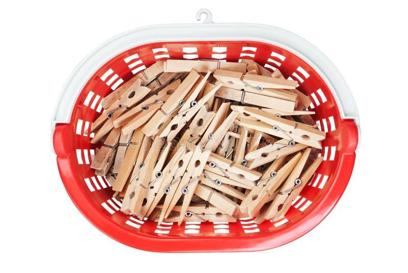 Clothespins in cestino rosso. Primo piano. fotografia stock