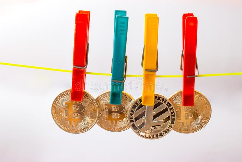 Clothespins chwyta litecoin na clothesline 3 i bitcoins zdjęcie stock