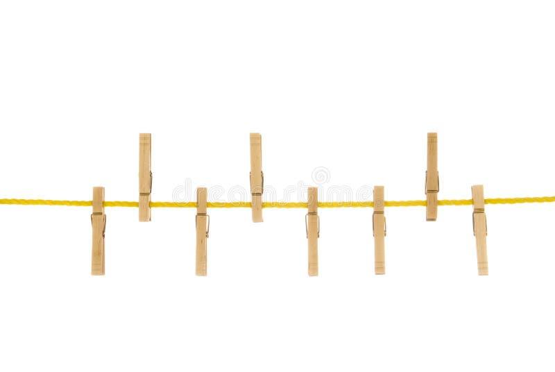 clothespins clothesline изолировали белизну стоковые фото