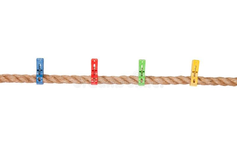 Clothespins colorati su una corda immagini stock libere da diritti