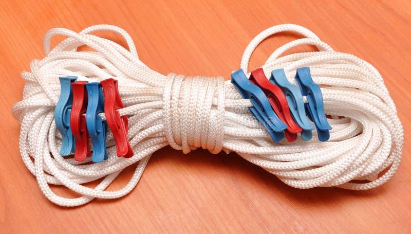 Clothespins colorati sulla corda fotografia stock libera da diritti