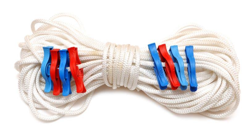 Clothespins colorati sulla corda fotografie stock