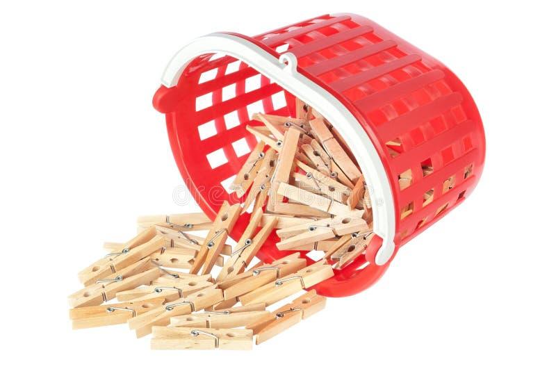 Clothespins del gruppo in cestino rosso. immagine stock libera da diritti