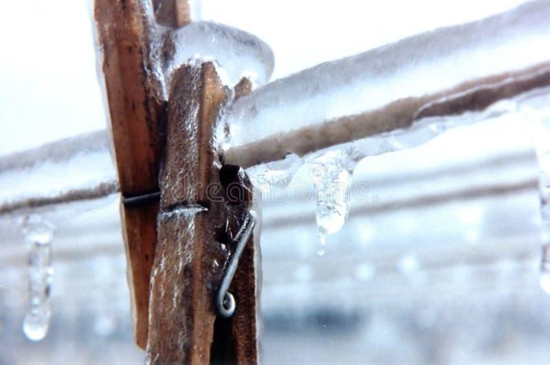 Clothespins eingefroren auf Zeile stockfotografie