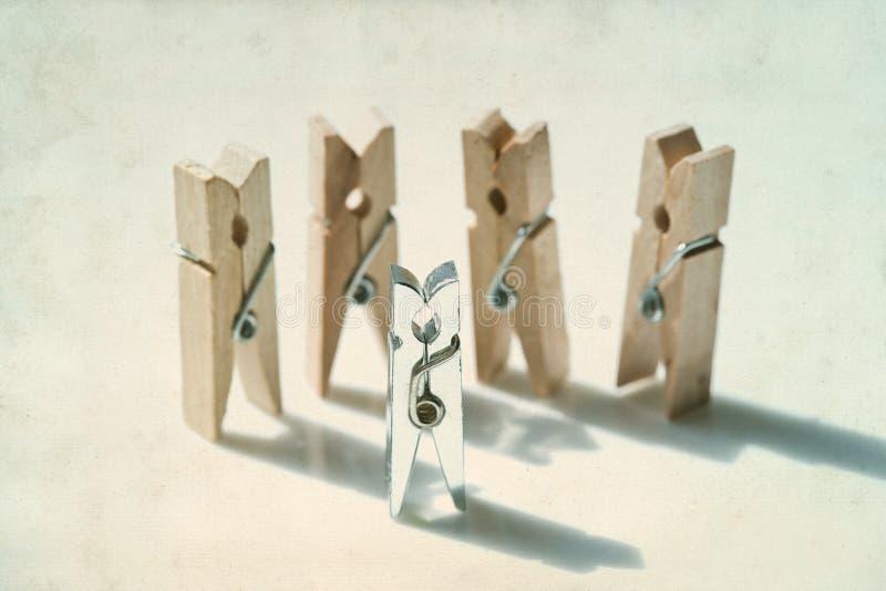 clothespins Speelplaatsmensen oppositie, verschilconcept royalty-vrije stock afbeeldingen