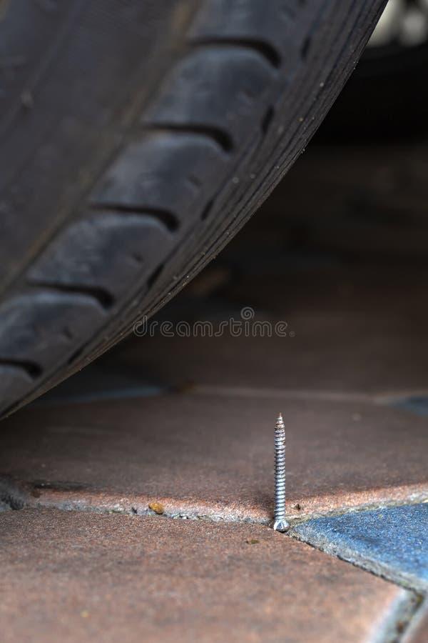 Clou devant le pneu qui peut vous arrêter photo libre de droits
